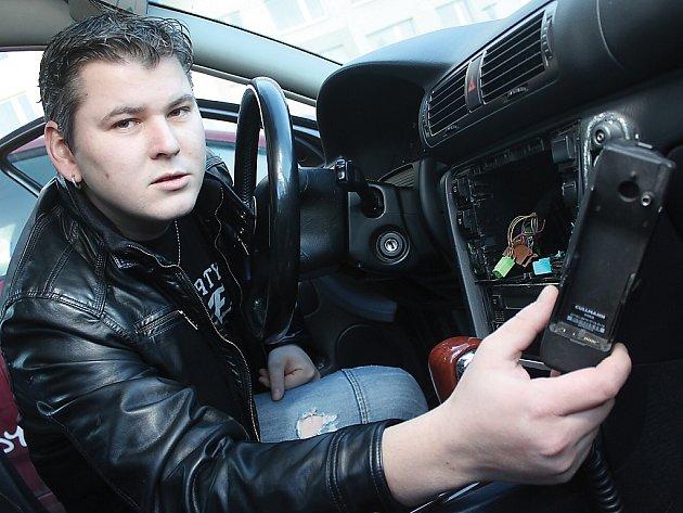 Lukáš Zbubna našel své auto vykradené. S kamerami v ulici by se to prý nemuselo stát.