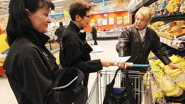 Policistky v Mostě nabádají zákazníky, aby byli opatrní. Republiková kampaň pod názvem Obezřetnost se vyplatí upozorňuje lidi nákupních center Albert na nebezpečí kapesních krádeží. Před Vánoci jsou zloději aktivnější.