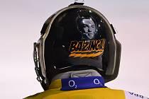 Brankářská helma ve stylu Teorie velkého třesku s podobiznou Sheldona Coopera.