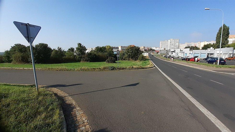 Plánovaná odbočka z mostecké ulice Okružní k plánovanému Kauflandu, probíhá zjišťovací řízení kvůli EIA.