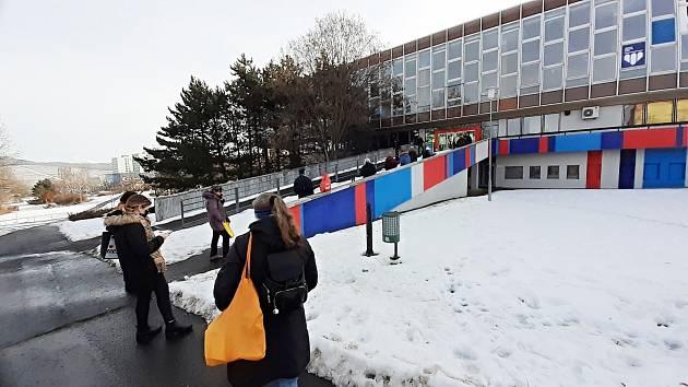 Městská knihovna v Mostě otevřela ve čtvrtek 18. února výdejní okénka ve své recepci v přízemí budovy.