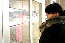 Lenka K. smutně kouká do výlohy. Nemá dost peněz na to, aby její děti měly Vánoce plné dárků.