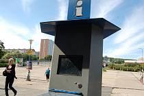 Infostánek u nádraží nefunguje. U monitoru stojí betonový odpadkový koš.