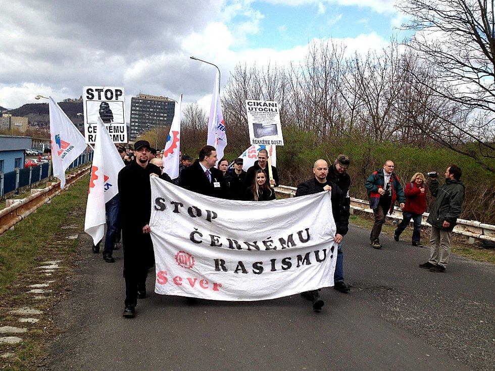 Asi osm desítek nacionalistů prochází kolem autobusového nádraží směrem k Chánovu.
