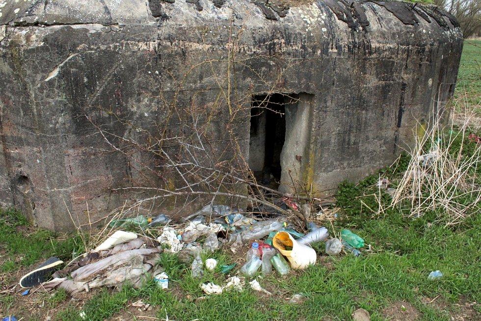 Další pohled na bunkr - smeťák u cyklostezky Vrsmaň - Otvice na Chomutovsku.