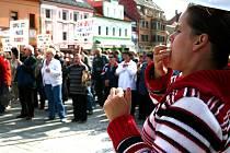 Litvínované už jednou demonstrovali na náměstí proti praktikám Hainesu. Jejich obavy kvůli nájemnému nyní přetrvávají.