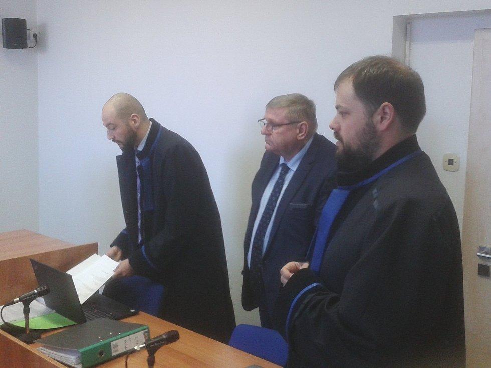Bývalý radní Jiří Zelenka u mosteckého soudu, kde čelí obžalobě pro pomluvu.