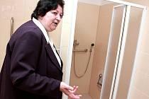Starostka Havraně Zdeňka Smetanové v novém bytě pro seniory.