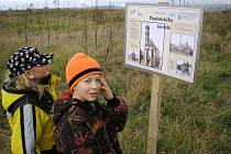 Děti siprohlížejí ceduli na nově otevřené stezce.