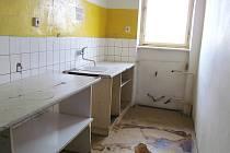 Takto nevábně vypadá kuchyně v posledním patře ubytovny ve Vodní ulici. To Unipetrol z bezpečnostních důvodů znepřístupnil.