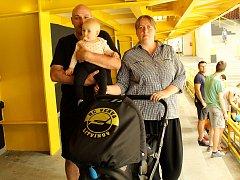 Malá Blanka se svými rodiči na přípravném zápase s Ústím. Když nemá po klubu jméno, vozí se alespoň v kočárku s klubovým logem.
