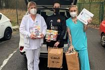 Kristina Černá (uprostřed) s dárky pro mosteckou nemocnici.
