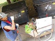 Sběrač odpadu v Mostě.