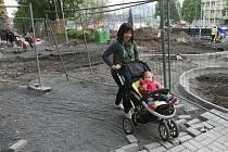 Malá Karolínka si terénní jízdu užívá, ale její babička Jaroslava Studená je opatrnější. Rušná Stovka je jedno velké staveniště. Bagr hrabe u domů.