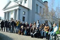 Školní výprava v mosteckém památníku, blonďatá Kim Lindgvist je první zleva ve spodní řadě.
