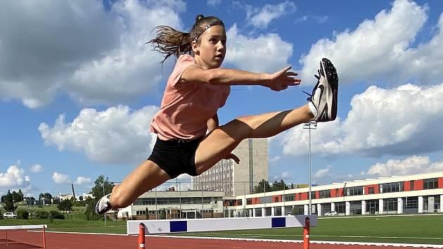 Mladé atletky trénují i během prázdnin.