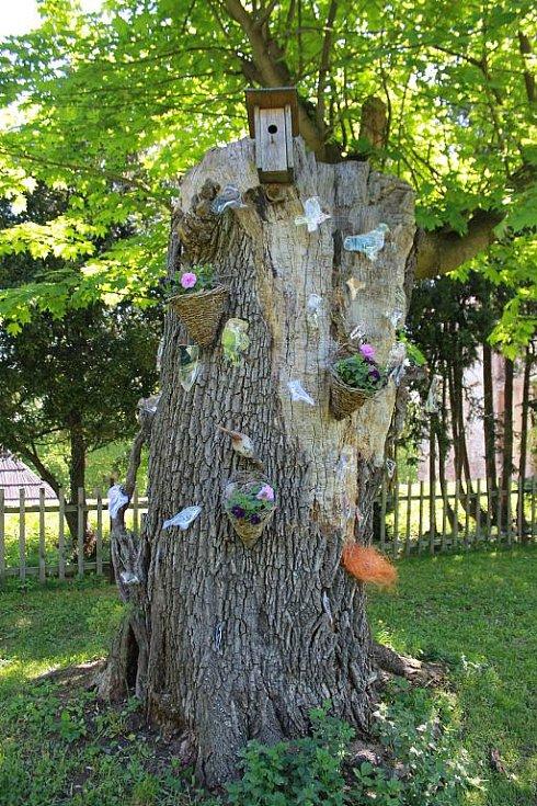 Ptačí strom na zahradě zámku Jezeří. Děti se tak mohly podívat, co žije v lese v okolí.