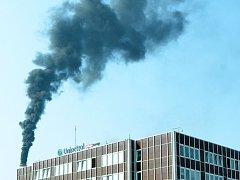 Kouř nad chemičkou po výbuchu 13. srpna 2015.