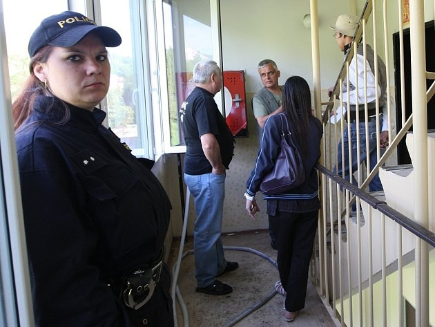 V pondělí ráno hořelo v jednom z bytů v Janově. Hasiči museli evakuovat několik lidí.