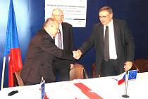Podpis smlouvy na výstavbu výzkumného a vzdělávacího centra UniCRE v litvínovské chemičce patřící skupině Unipetrol.