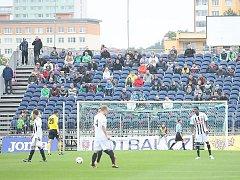 Fanoušci sledují zápas na Fotbalovém stadionu Josefa Masopusta v Mostě.
