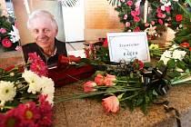 Poslední rozloučení se Stanislavem Ráčkem v krematoriu mosteckého kostelního hřbitova.