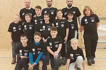 Petr Johana, Jaroslav Belaň, Petr Hanus a mladí fotbalisté.