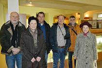 Čtveřice potomků německých odsunutých rodáků z Mostu při své návštěvě v expozici Mezinárodního památníku obětem II. světové války v Mostě.