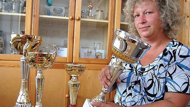 Starostka sboru dobrovolných hasičů z Malého Března Helena Truchlyová s poháry, které hasiči posbírali při soutěžích v požárním sportu.