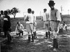Tentokrát se podíváme do zmizelé obce Slatinice a na oslavu dožínek, kterým vládnul fotbalový zápas s mužstvem ze sousedních Hořan.