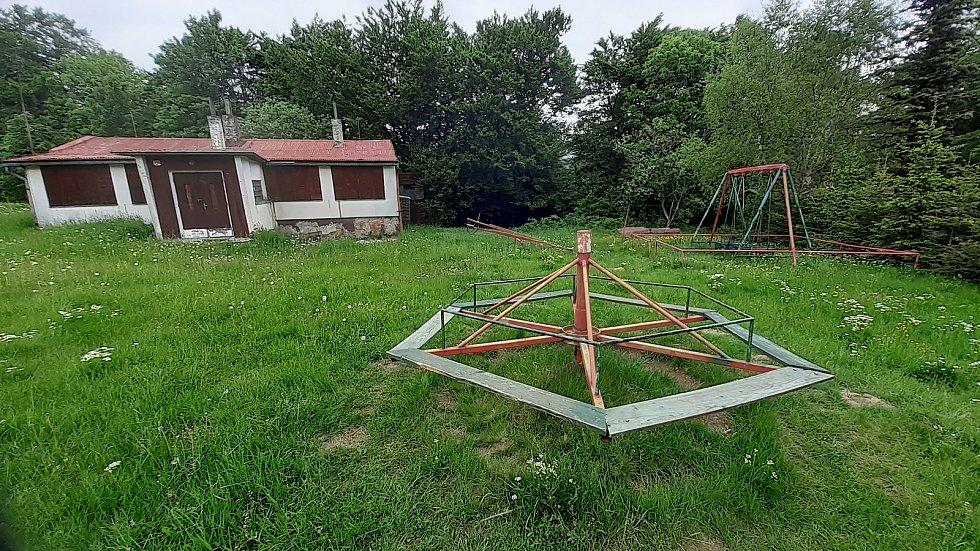 Kovové houpačky a kolotoče na Mostecku.