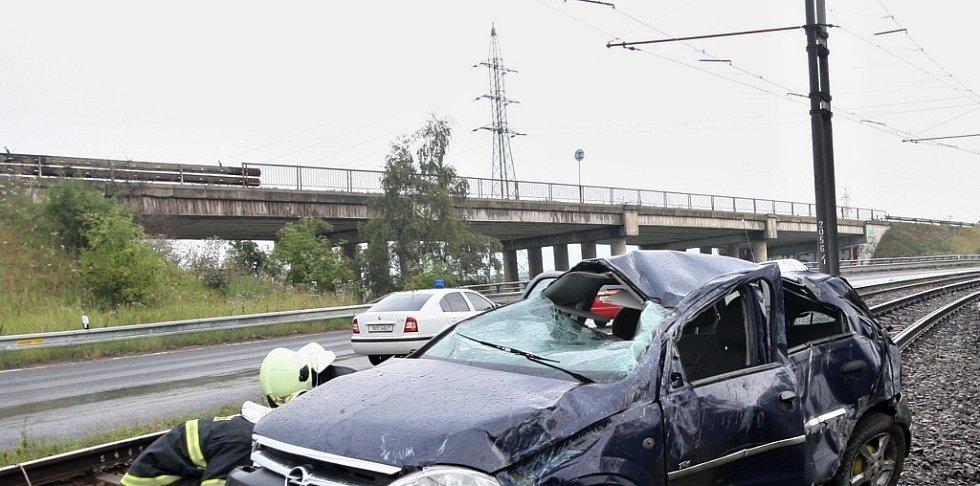 Nehoda na silnici I/27 ve směru Most - Litvínov, v pozadí most pro jízdní směr Litvínov - Most, který se bude bourat. Archivní foto