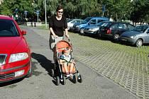 Liščí Vrch v Mostě. Tady mají auta přednost a parkují na chodníku.