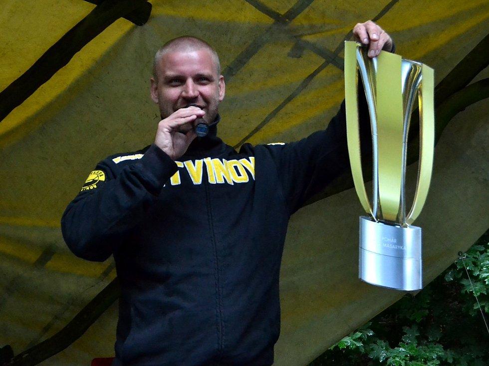 Šéf litvínovských fanoušků Jan Ptáček oznámil, že bude focení s Masarykovým pohárem. A vytáhl tohle...
