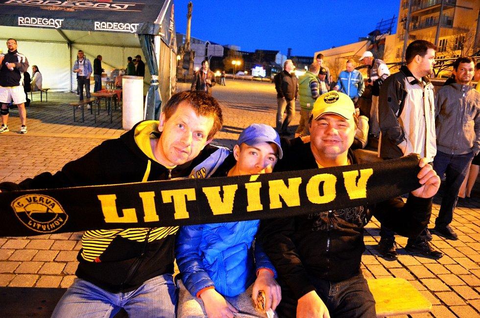 Fandění na 1. náměstí v Mostě během pátého finálového hokejového utkání Litvínov-Třinec.