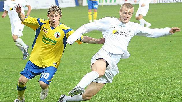 Mostecký Stanislav Hofmann (v bílém) v souboji s hráčem Zlína.
