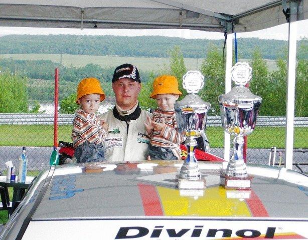 Martin Zajíček se svými dětmi a pohárovými trofejemi pro vítěze.