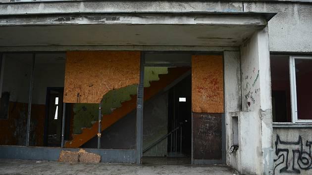 Na sídlišti Janov v Litvínově přibylo domů s poškozenými byty, kde už nikdo nebydlí.