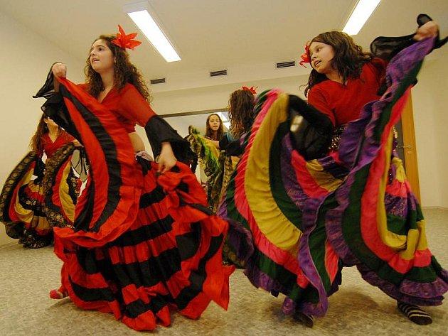 Mladé romské dívky tancují.