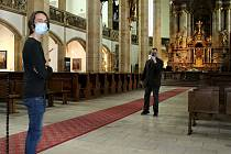 První návštěvník přesunutého kostela Nanebevzetí Panny Marie v Mostě přijel z Chomutova