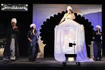 Sindibádova dobrodružství soubor Divadla rozmanitostí hraje a zpívá naživo jako rockovou operu.