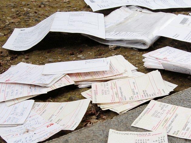 Poštovní poukázky pohozené na zemi v Mostě.