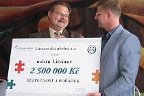 Petr Kolman z Litvínovské uhlené předává šek starostovi Litvínova Danielu Volákovi.