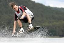 Wakeboarding. Na prkně se lze projet na mostecké Matyldě.