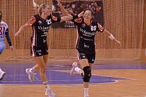 Gól slaví Lucia Mikulčík a Dominika Zachová. Budou takhle slavit i po víkendovém dvouzápase?