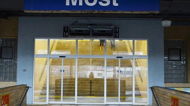 Posuvné dveře na nádraží v Mostě, jak vypadaly před rozbitím vandalem.