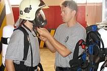 Profesionální hasiči z Elektrárny Počerady zkoušejí dýchací techniku.