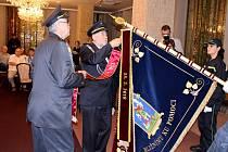 Mostečtí dobrovolní hasiči dostali ke svému 150. výročí založení vlajku