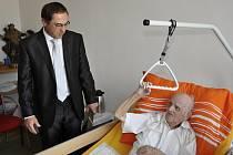 Josef Schleger v pátek oslavil 102. narozeniny. Poblahopřát mu přišel i náměstek primátora Luboš Pitín.