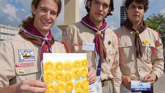 Skauti prodávají žluté květiny na podporu činnosti Ligy proti rakovině.